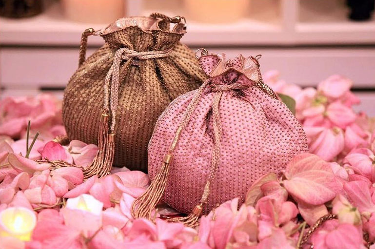 Make your Present Look More Classy and Interesting with Imaginative Wedding Gift Packing Ideas